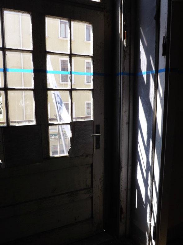 Die Sonne wirft karierte Muster durchs Fenster