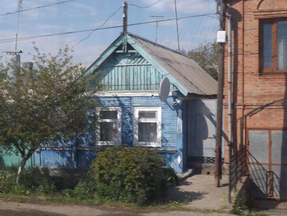 Straßenszene in Taganrog, aus der fahrenden Straßenbahn heraus fotografiert