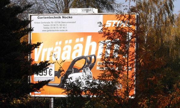 Übergangswerbung Oktober-November: die Motorsäge wartet schon wieder oder immer noch