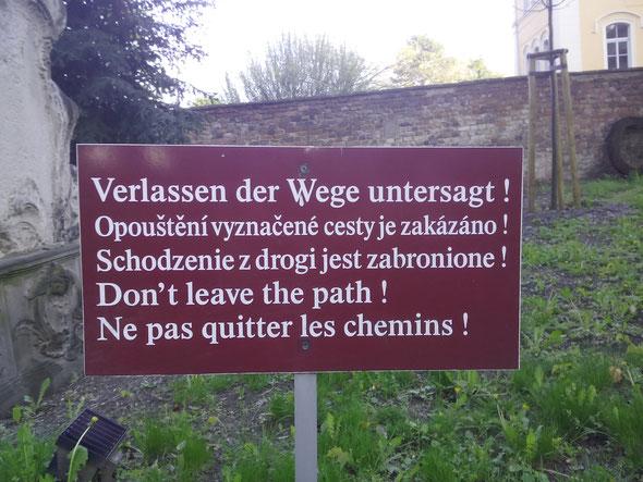 Verlassen der Wege untersagt