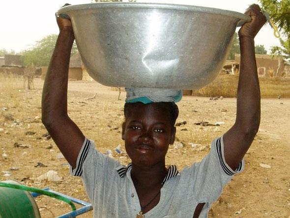 Mädchen mit Wassergefäß