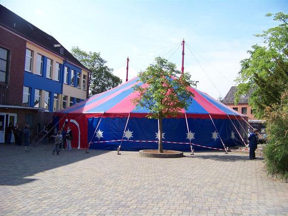 Das bunte Zirkuszelt schmückte eine Woche lang unseren Schulhof.