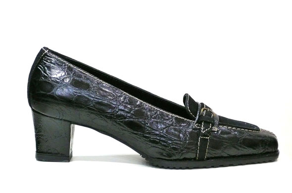 zapato piel grabada coco negro combinado con ante negro y pespuntes en crudo de la marca kurhapies, estilo mocasín, planta anatómica y suela caucho perfumada