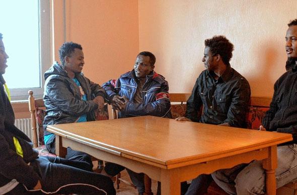 Wohnen seit Mitte Januar in Bürstadt (v.l.): Mowliid, Abdiazaz, Abdirahim, Hussam und Awais.