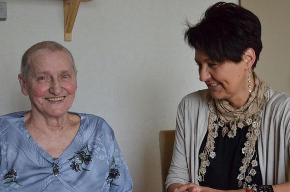 Wenn sich Gaby Weiß-Szpera (re.) mit ihrer Patientin trifft, sprechen sie oft über Alltägliches. Doch beide wissen: Wenn es ernst wird, ist die Hospizbegleiterin da. Um zu beraten, um die Angehörigen zu entlasten - oder einfach nur, um zuzuhören.