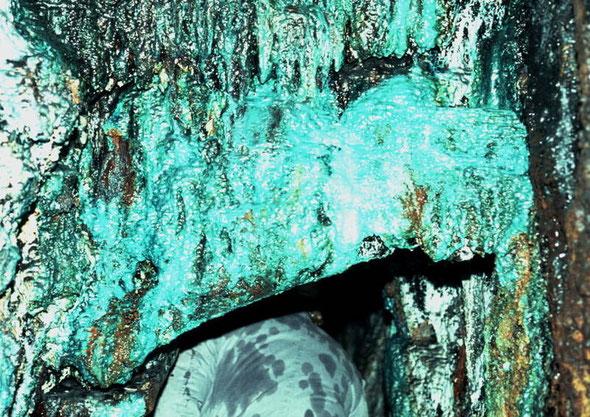 Ablagerungen im Rammelsberg: Kupfervitriol, Malachit, Eisenoxide, Zinksulfide (© N.Bertelsbeck)