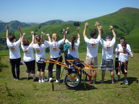 Randonnée dans les hauteurs d'Itxassou (64). Hortense et les randonneurs (dont six étudiants de l'IUT de Bayonne avec leur professeur) arborent les nouveaux T-shirts de l'association à l'effigie de l'AUTRUCHE...