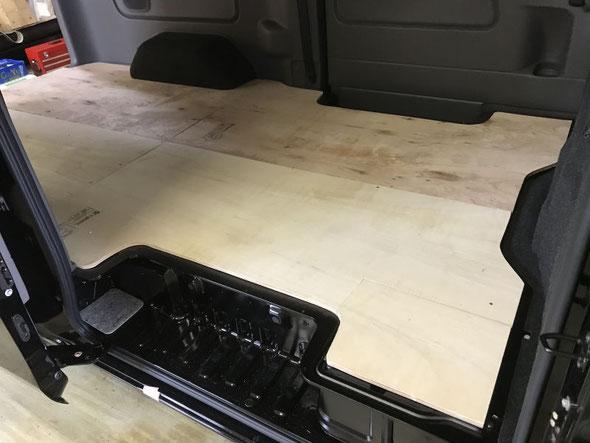 ▲NV350の床貼加工。まずは下地&板張りを行います。