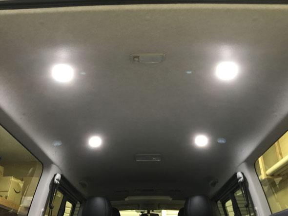 ハイエースの天井にスポットライトを4灯取り付けました。サブバッテリーで点灯するから安心