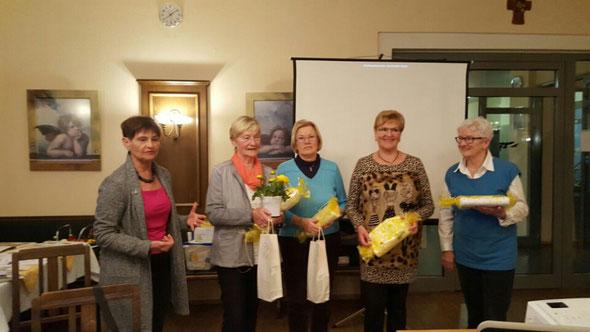1. Vorsitzende Evelin Hensel dankt den ausscheidenden Mitgliedern des Vorstandes und des Beirates, 2.v.l.: Ingrid Scharl, Helga Kern, Elfriede Walleter, Uschi Plößl
