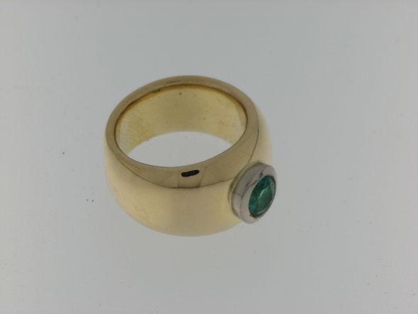 Ring mit Smaragd aus altem Material