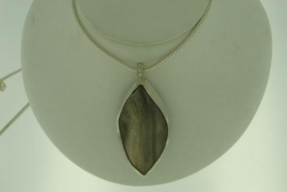 Anhänger in Silber mit kristallisiertem Achat und weißen Steinen aus einem alten Schmuckstück