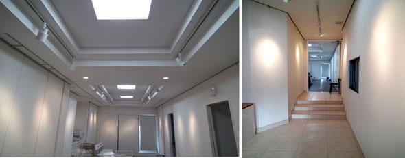 折り上げ天井と美しいタイルのギャラリー内部