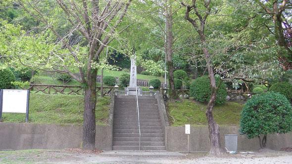 永吉公園から見た戦没者墓地への入口階段