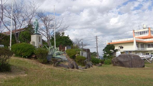 左:特攻の碑、右奥:溝辺コミュニティセンター(1階に特攻資料室がある)