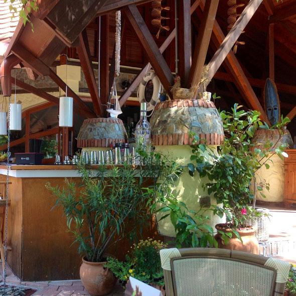 Много деревянных конструкций и зеленых растений в симпатичных вазонах и горшках.