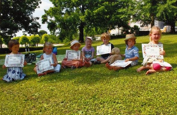 Fast 4 Jahre Musikgarten: Einige stolze Absolventen dieses Jahres  (von 18!) mit ihren Urkunden :)