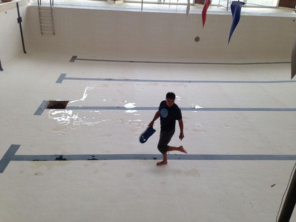 Francisco trouve la piscine sale!!