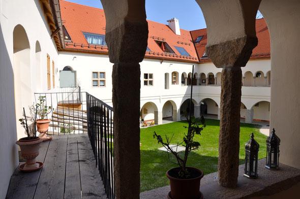 Blick in den Innenhof von einem der Freisitze