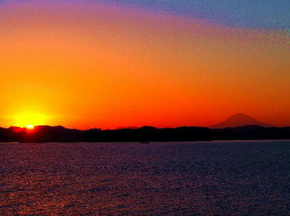 NO.4 日の入りと富士山(船上より)