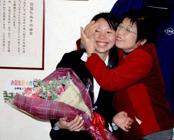 黒沢恵子カウンセラー夫人からの花束が贈られました