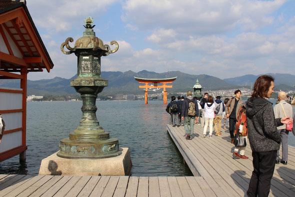 宮島厳島神社から鳥居を見る
