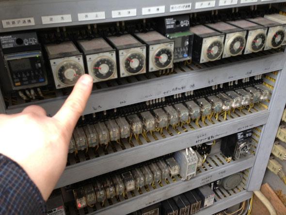 古い制御盤の点検作業