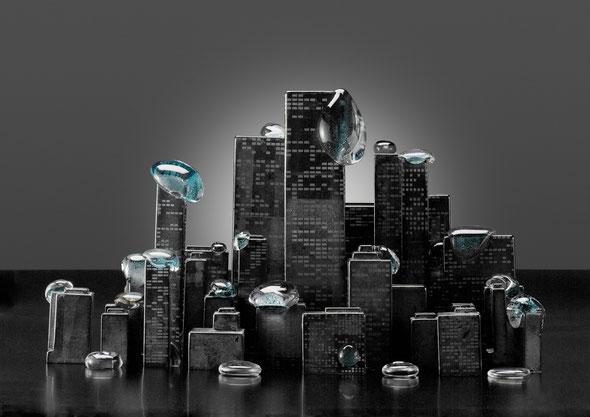 「街にゼリーが降ってきた」2011年制作 ガラス、銅箔