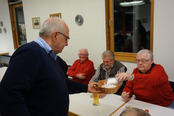 Der Wahlleiter Reinhold Hehmann sammelt  die Stimmzettel ein.