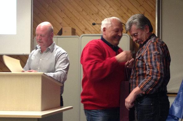 Rolf Sehnert erhält die silberne Vereinsnadel durch den 2. Vorsitzenden Fritz Bäcker