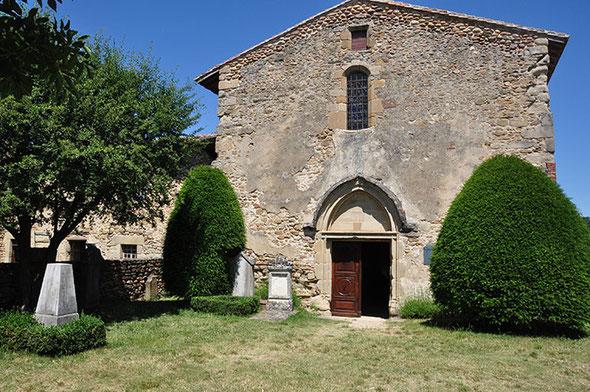 L'entrée de la chapelle avec les tombes qui rappellent qu'elle était entourée du cimetière