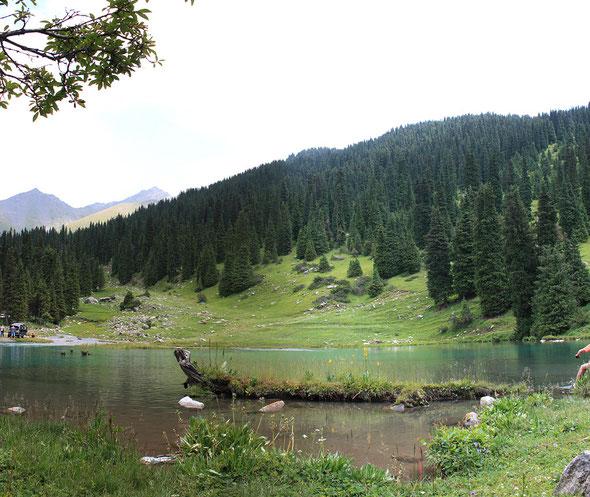 высокогорное озеро в Киргизи Кыргызстана