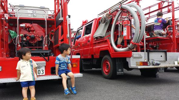 消防車に大はしゃぎの子ども達