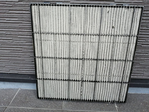 エアコンフィルター洗浄前の写真。エアコンフィルターがホコリで目づまりしている状態