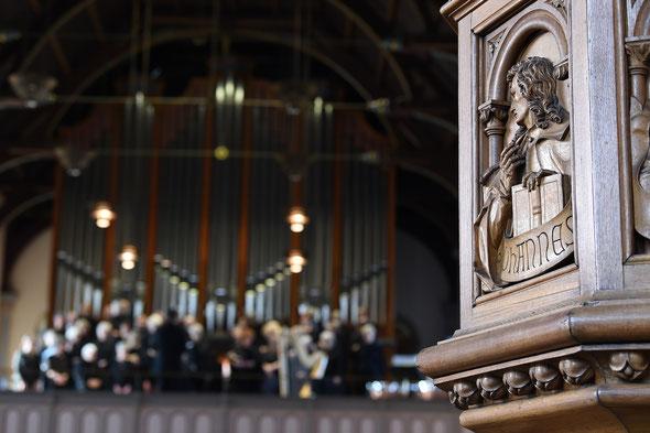 Zionskantorei auf der Orgelempore der Zionskirche und der Evangelist Johannes (Foto: Christian Weische)