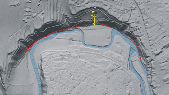 Geländemodell (© Land Niederösterreich, NÖ Atlas) des vom Projekt betroffenen Abschnitts des Zwettltals mit Einzeichnung des Verlaufs der Zwettl (blau) und des bekannten Bereichs der geplanten Forstinfrastruktur (rot).