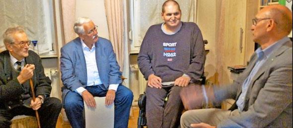 Der schwer erkrankte Norbert Hensel (2. von rechts) erhielt Besuch von Walter Desch (2. von links, Stiftungsvorsitzender), Alois Reichert (rechts, Vizepräsident im Fußballverband Rheinland) und Alfons Steinbach (ehem. Sportkreisvorsitzender)