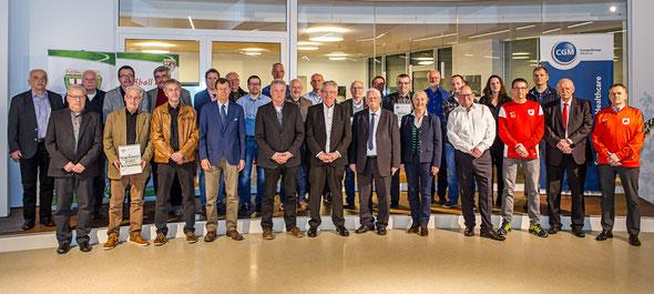 Die glücklichen Vertreter der fünf Gewinnervereine mit (unter anderem) Frank Gotthardt (vorne, 6. von links), Walter Desch (vorne, 6. von rechts), Tino Wagner (vorne, 4. von rechts) und Monika Sauer (Präsidentin des Sportbundes Rheinland)
