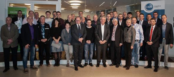 Die glücklichen Vertreter der 5 Vereine mit (unter anderem) Spender Frank Gotthardt, FVR-Präsident Walter Desch und Dr. Tino Wagner