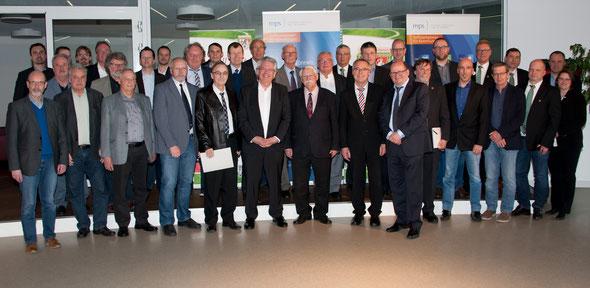 Die glücklichen Vertreter der 5 Vereine mit (unter anderem) Spender Frank Gotthardt (vorne, 6. von links), FVR-Präsident Walter Desch (vorne, 7. von links), Staatssekretär Günter Kern (vorne, 8. von links) und Tino Wagner (vorne, 9. von links; mps)