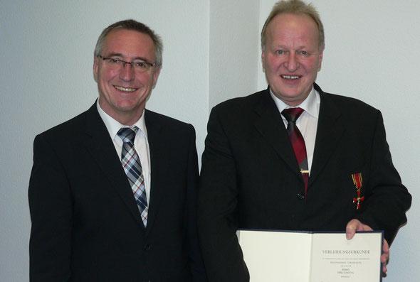 Staatssekretär Günter Kern zeichnet Dirk Janotta mit dem Bundesverdienstkreuz am Bande aus