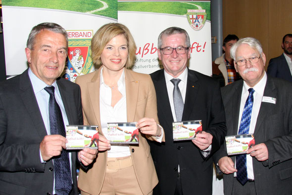 v.l. DFB-Präsident Wolfgang Niersbach, CDU-Landesvorsitzende Julia Klöckner, CDU Kreisvorsitzender Rhein-Hunsrück Hans-Josef Bracht und Stiftungsvorsitzender und FVR-Präsident Walter Desch (Foto: L. Maylandt)