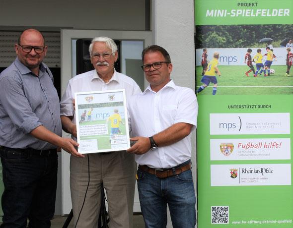 v.l. Dr. Tino Wagner (Geschäftsführer mps public solutions gmbh), Walter Desch (Präsident des Fußballverbandes Rheinland und Vorsitzender der FVR-Stiftung Fußball hilft) und Lothar Gödert (Vorsitzender des SV Kisselbach)