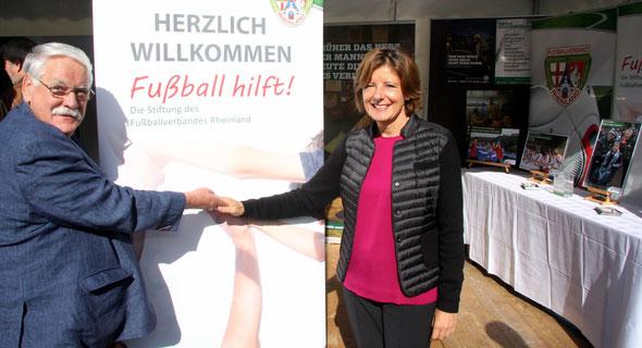 """Walter Desch, Vorsitzender der Stiftung """"Fußball hilft!"""" und Präsident des Fußballverbandes Rheinland, informierte Ministerpräsidentin Malu Dreyer über die Aktivitäten der Stiftung """"Fußball hilft!"""""""
