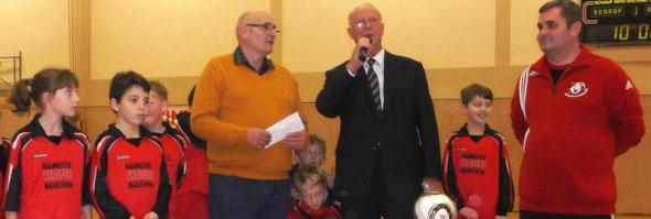 Dankend nimmt Josef Hens (Schatzmeister) die Spende vom 1. Vorsitzenden Manfred Kailing (li.) und Jugendleiter Michael Hoffmann (re.) entgegen