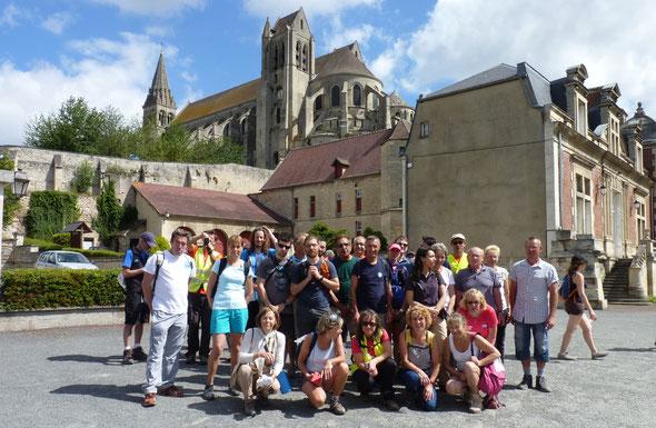 Devant  l'abbatiale de  Saint  Leu d 'esserent .  60 km de  l 'oise  .  Samedi .