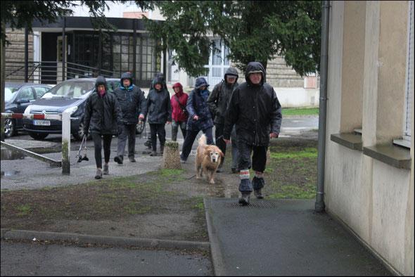 l'arrivée  d'une  partie du club de  Villers sous  St Leu  -  Aprés la  pluie  ...