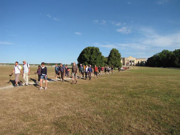 Passage devant  le Chateau de  CHANTILLY ,   nous avons  longé  l'hippodrome .