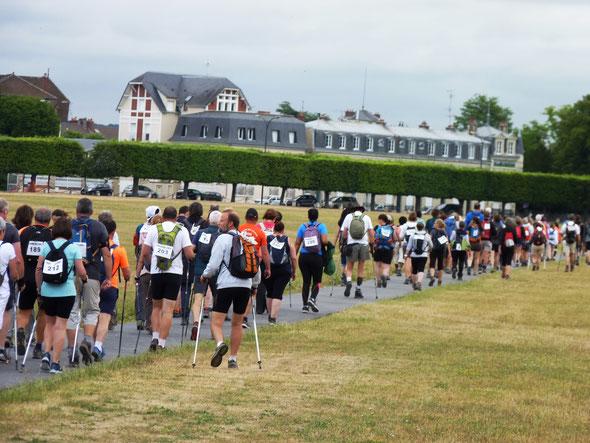 En passant par  le chateau de  CHANTILLY  - Marathon des  3 Forêts  -  42 km  - marche  pédestre - marche  nordique  .