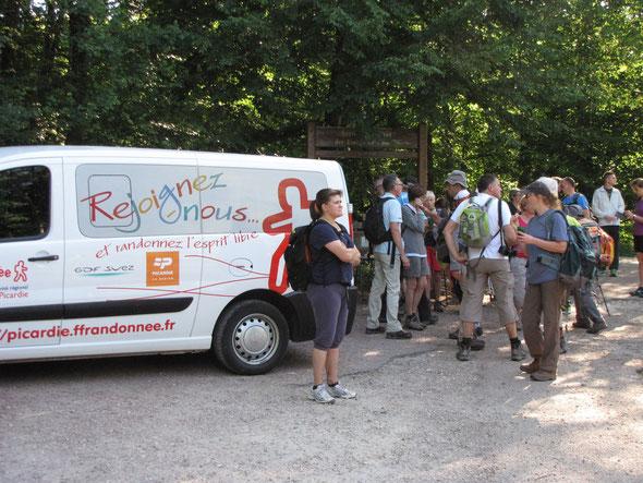 Le ravitaillement avec  le mi-bus  préte par  la F .F  Randonnée de  la Picardie .